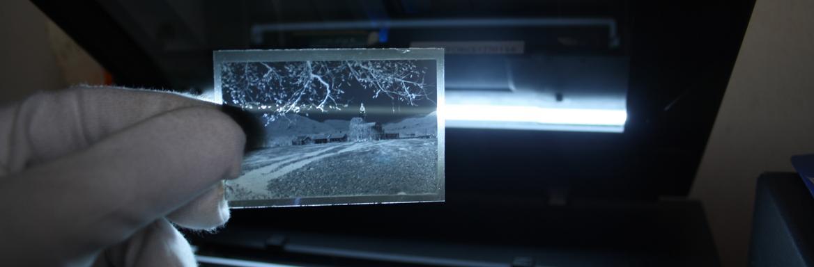 Kustos dokumentalist pregleduje fotografski film