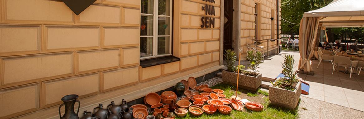 Pogled na razstavljeno keramiko pred Kavarno SEM