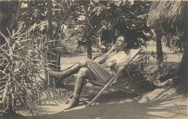 L. Poljanec počiva s cigareto v ustih na zložljivem stolu