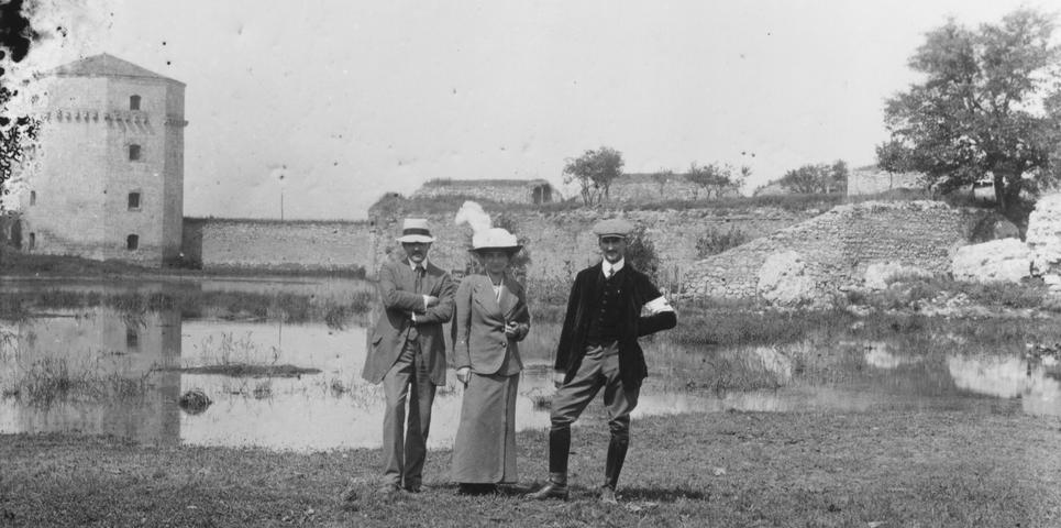 Dr. Niko Zupanič levo na fotografiji
