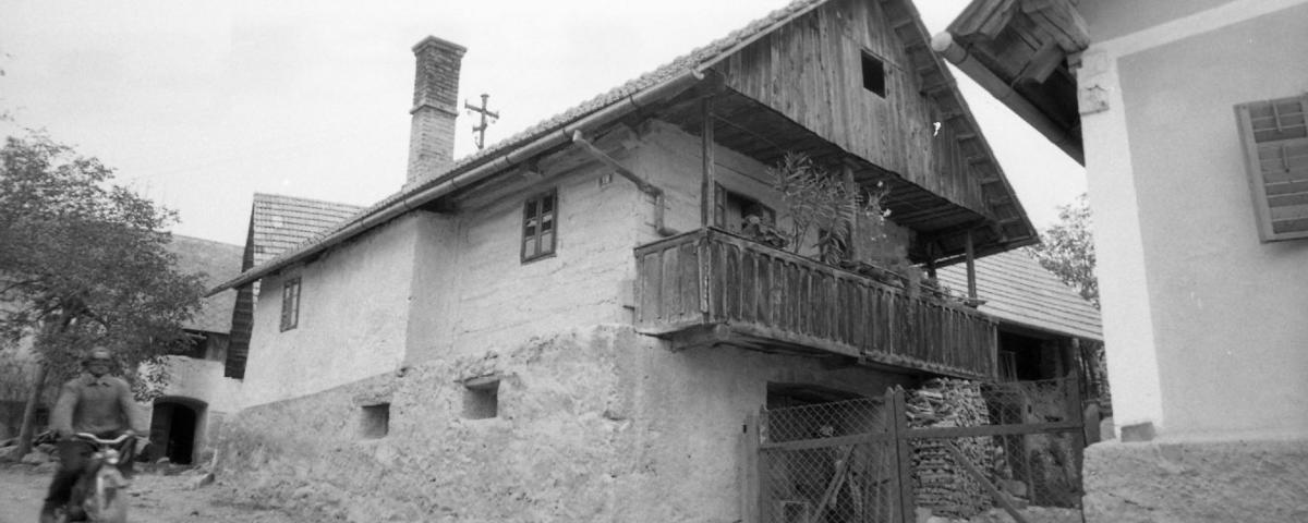 Hiša ob glavni cesti v Drašičih