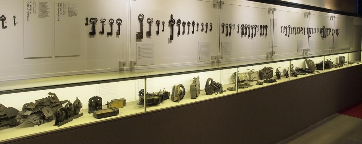 Pogled na razstavno postavitev ključev in ključavnic na razstavi Vrata
