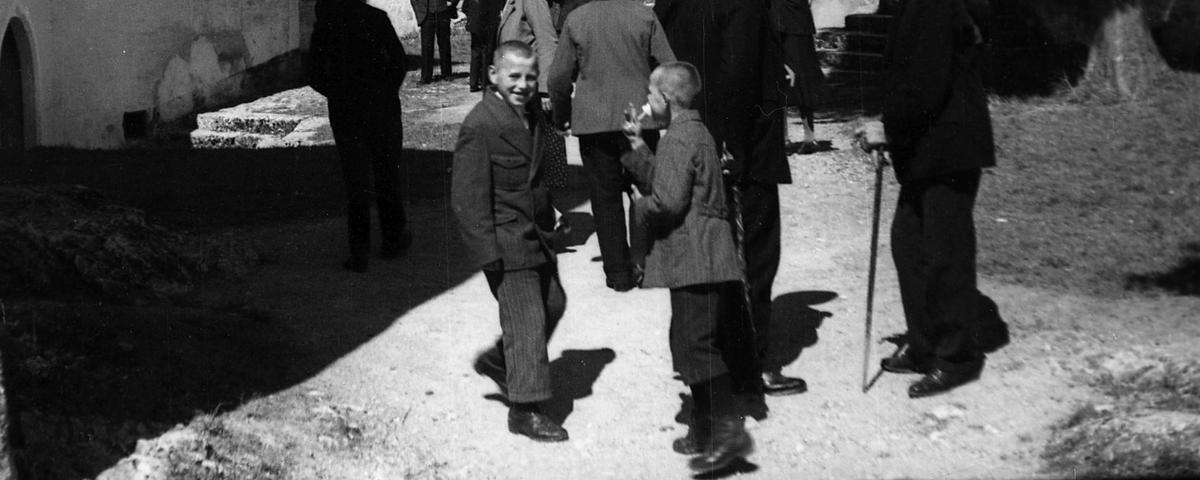 Romarji pred Šmarno goro. V ospredju dva fanta.
