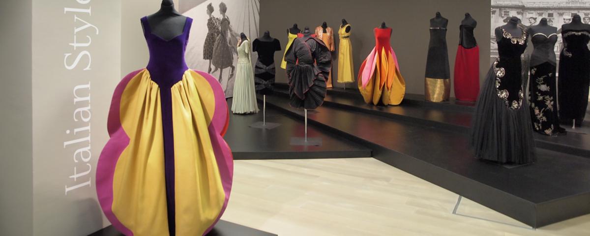 Pogled na razstavno postavitev na razstavi Moda v gibanju