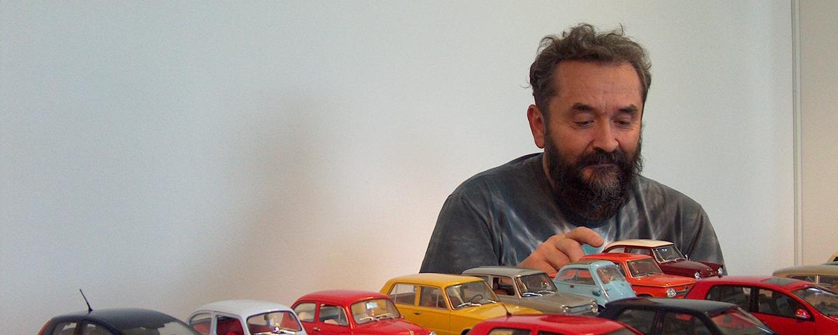 Zoran Grgič ob svoji zbirki avtomobilčkov