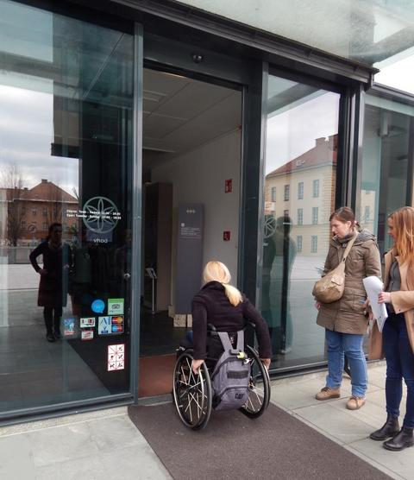 Vstop v razstavno hišo z invalidskim vozičkom