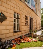 Rastava izdelkov Lončarskega ateljeja SEM pred Kavarno SEM