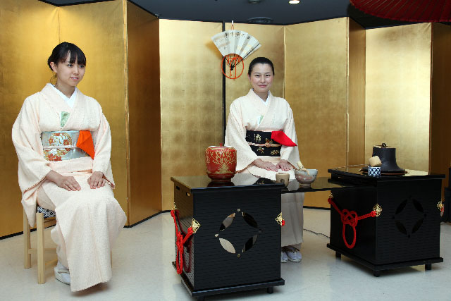 the history of the japanese tea ceremony chado Chado – the way of tea when you hear the water splash into the tea bowl, the dust in your mind is washed away –sen no rikyu kenin magami, tea master, began the practice of tea ceremony formally about fifteen years ago.