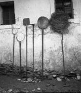 Ognjiščno orodje / Fireplace tools, Skomarje, 1963, foto / photo: Fanči Šarf